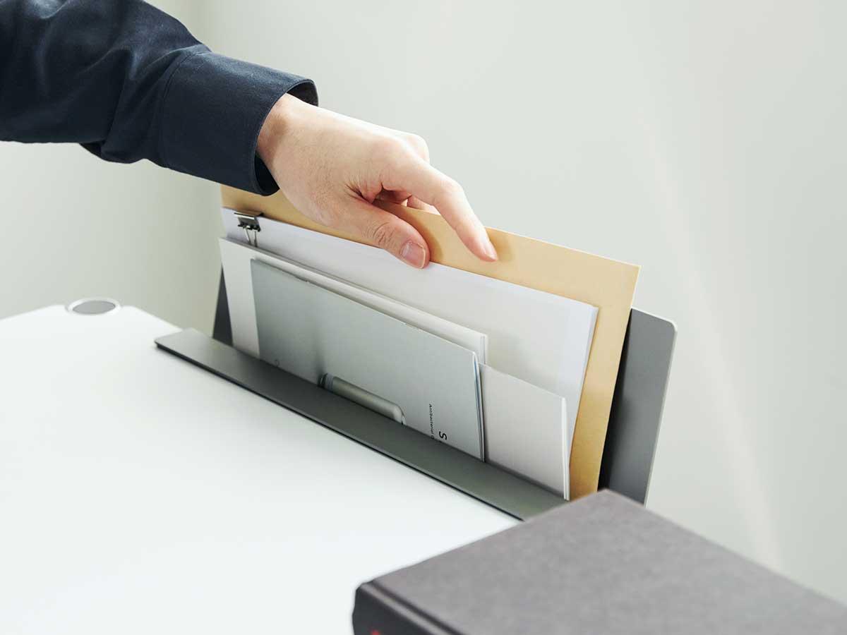 広がった書類、読みかけの本、なくしやすい領収書もスッキリ。デスクの書類を瞬時に片づけ、途中のタスクをすぐ再開できる「貼るデスクラック」|ZENLET The Rack(ゼンレット ザ ラック)