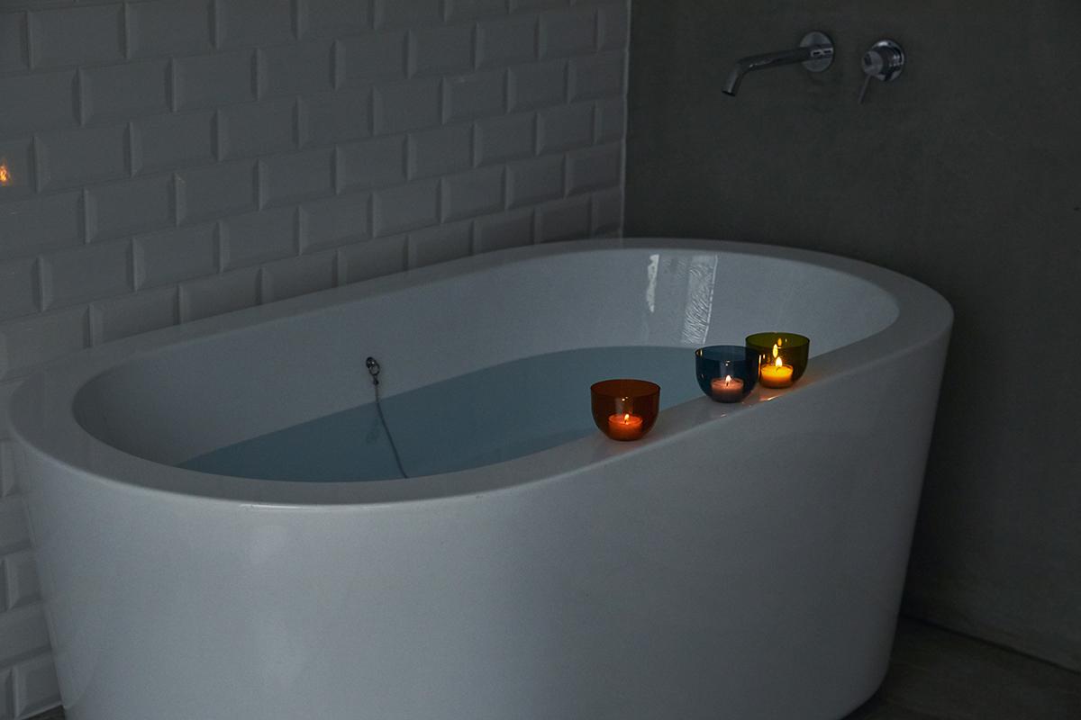 疲労回復に最適と注目されている温冷交代浴がおすすめ。頭と体のリセット時間に、浮かべて眺める「癒しの香りつきバスキャンドル」|kameyama(カメヤマ)