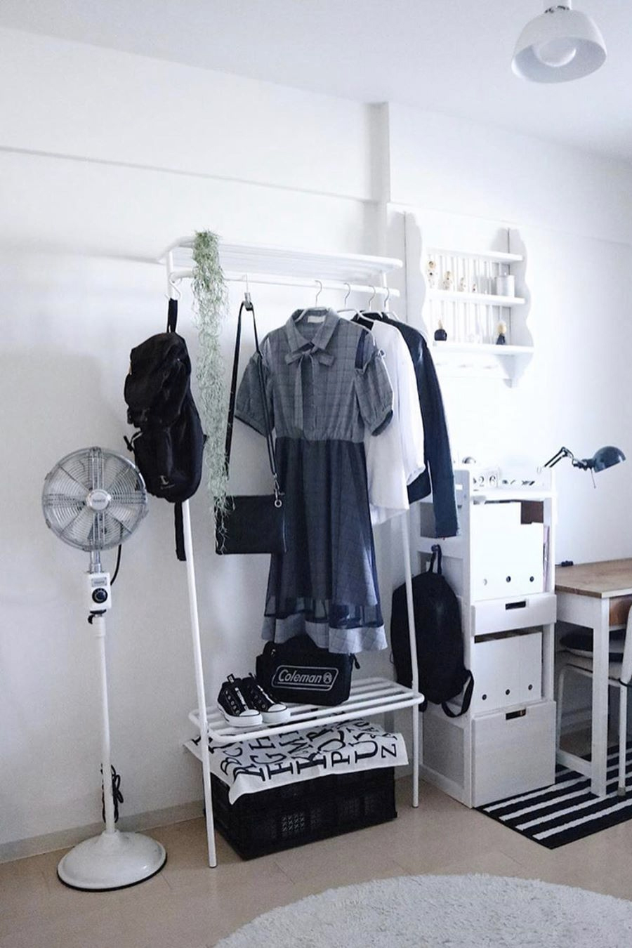 あなたが厳選したいま着たい服が、ひと目で見えるように収納できる。コートもバッグも手袋も収納できる「立て掛け式ラック」|DUENDE WALL HANGER