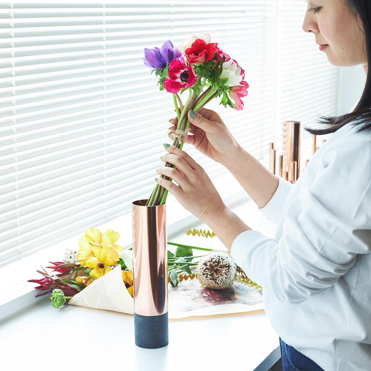 STEP2:FLAT(Natural/Black)記念日や節目など、ブーケをもらう機会が多い人にぴったりなのが「FLAT」。貰ったブーケをそのまま入れるだけでいいから楽ちん。大輪の花にもおすすめです。無造作に挿すだけで「絵」になる、銅管の一輪挿し・花瓶・フラワーベース|BULBOUS