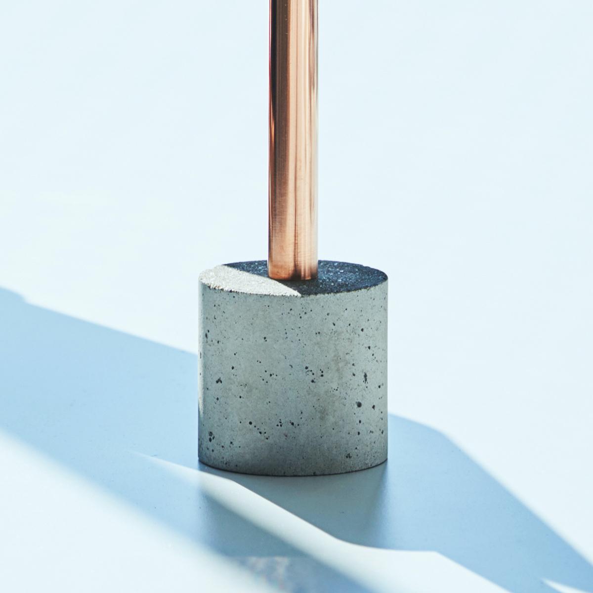 しなやかな動きが特徴のポピーや、流行りのワイルドフラワーなどの大輪系も、しっかりとしたモルタル製の土台が好バランスを支えます。無造作に挿すだけで「絵」になる、銅管の一輪挿し・花瓶・フラワーベース|BULBOUS