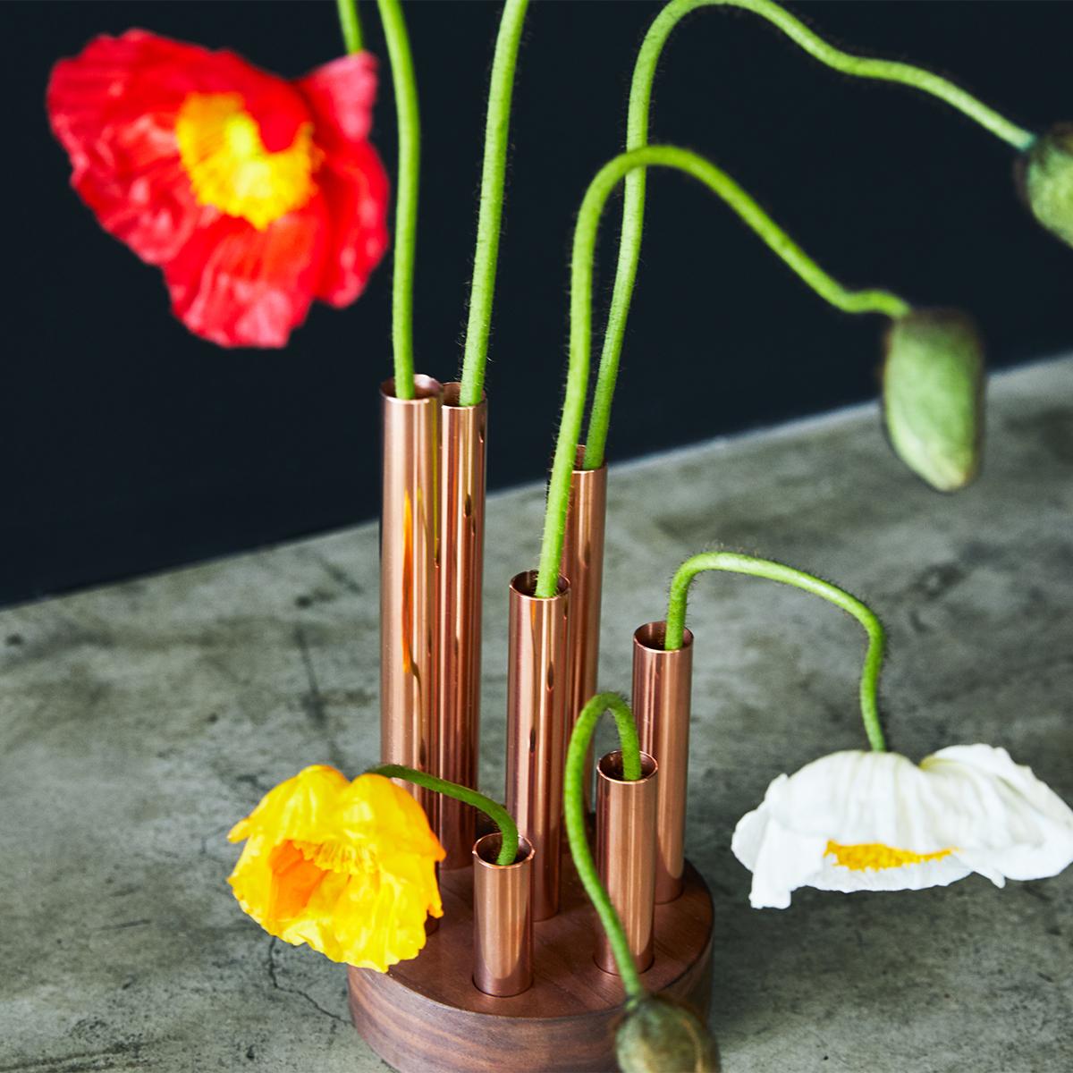 つぼみから花が朽ちてゆく終焉まで、すべての過程を楽しむという考えと美意識。無造作に挿すだけで「絵」になる、銅管の一輪挿し・花瓶・フラワーベース|BULBOUS