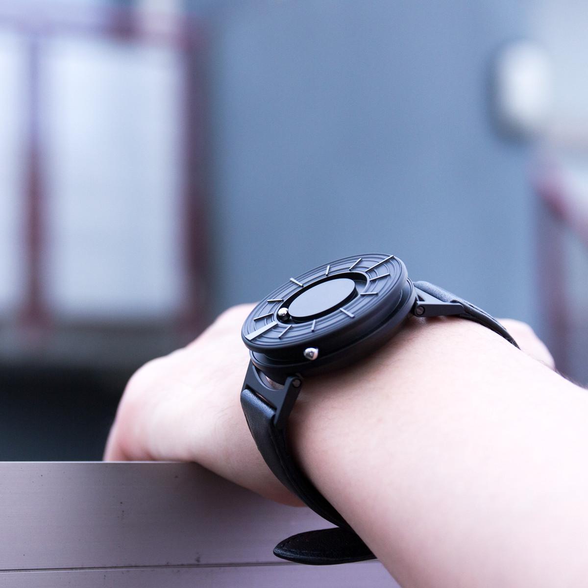 従来の視覚障がい者向けの腕時計の概念を打ち破る洗練された美しい「触る腕時計」 | EONE《EDGE》