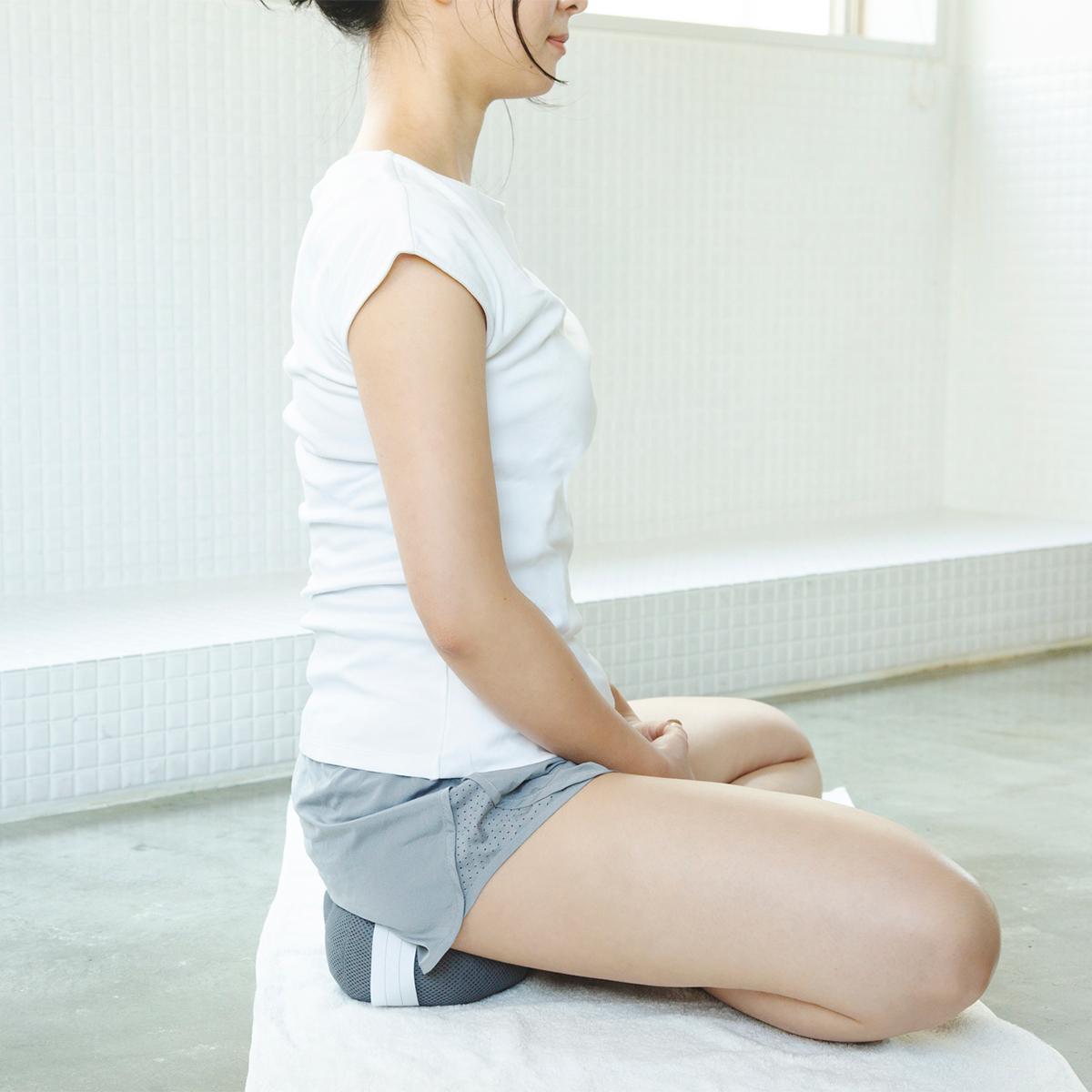 坐禅スタイルが導く「ととのい」の姿勢。骨盤をサポートして姿勢を安定、腰も呼吸もラクに!坐禅蒲団から生まれた、SAUNAクッション|ZAF SAUNA(ザフサウナ)