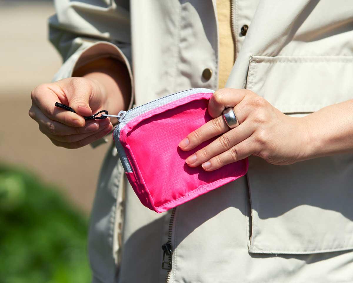 「折り目加工」と「ポケット収納」で出し入れスムーズ。ファッションに合わせて選べる豊富なカラー展開。スマートに持ち歩ける折りたたみエコバッグ|KATOKOA