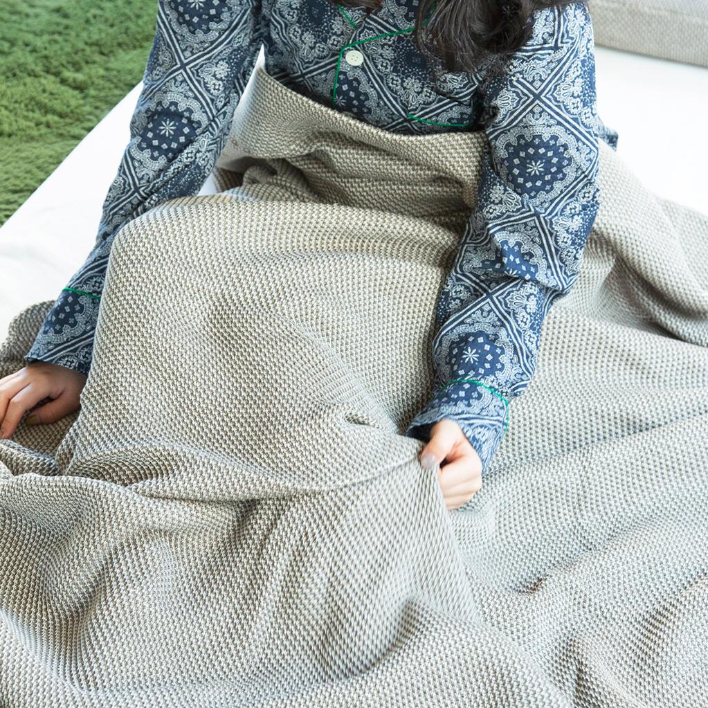 夏は、このケット1枚で。ほかの季節は肌掛けとして一年中活躍する。「熟睡」を追求した凹凸状のハニカム織りのハニカムケット(ワッフルケット)