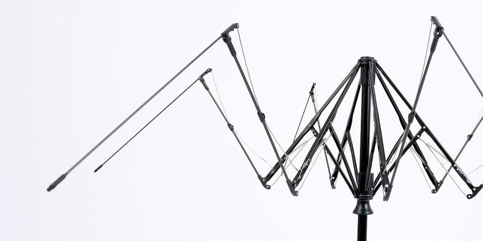 ② 軽量フレーム|親指1本でカンタン開閉、なのに驚くほど軽い!風に強く、丈夫な構造の「ワンタッチ開閉式折りたたみ傘」|VERYKAL