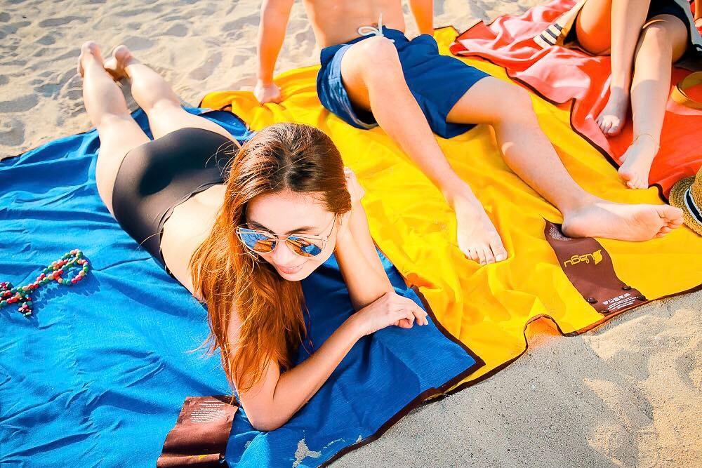 濡れてもすぐ乾く、洗濯機で丸洗いできる、海にも人にも優しい、砂がつかないビーチブランケット
