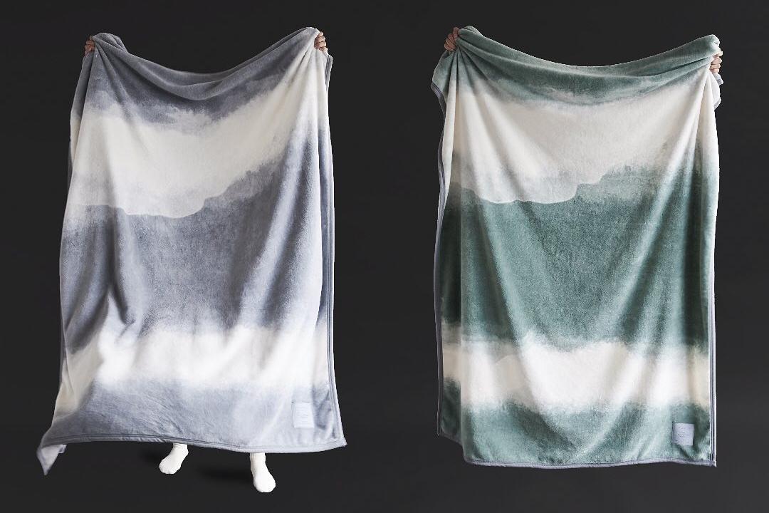 深みある自然の光を、そのまま写しとったよう。寝室の空間をセンスよくお洒落でスタイリッシュにしてくれる。肌触りと寝心地の良さで夏も冬も気持ちいい!ニューマイヤー織の綿毛布|FLOOD OF LIGHT(フルード オブ ライト、光の洪水)|LOOM&SPOOL