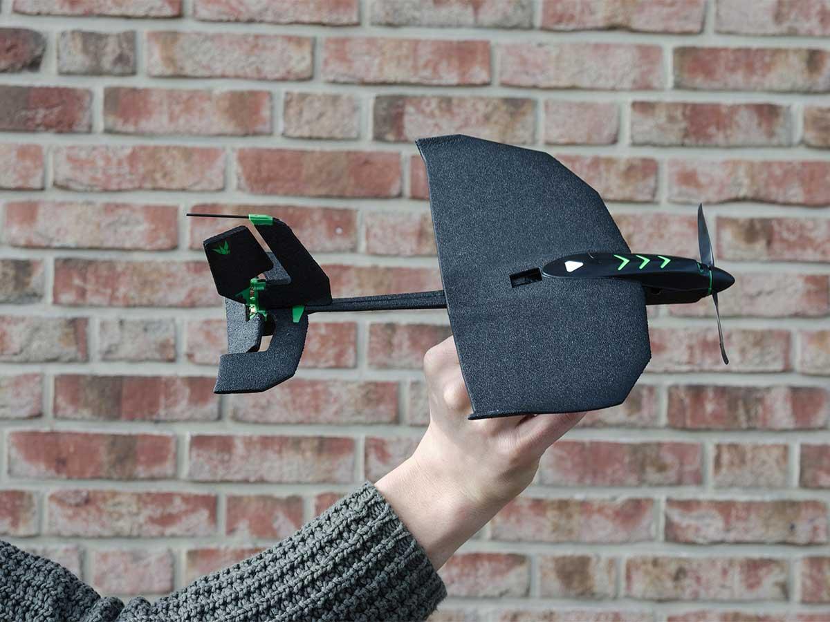 軽量で組み立てがいらない。落ちれも壊れないカーボン繊維素材の飛行機型ドローン|Toby Rich
