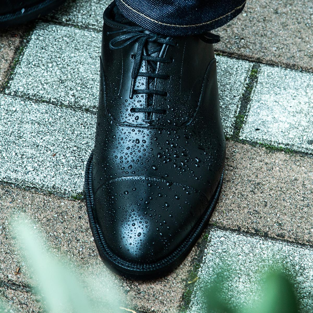 水たまりに足を入れてしまっても、雨の中を長時間歩いても、靴底から水が染み込むことはない上質な「レインシューズ」|三陽山長