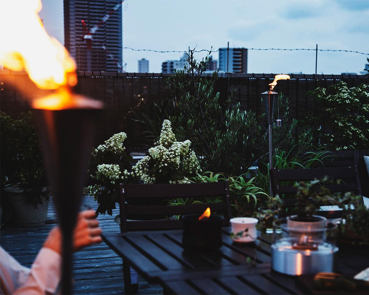気持ちいい風に吹かれながら、都会のど真ん中で炎に囲まれて過ごす時間は格別になる「オイルトーチ」| エープラス