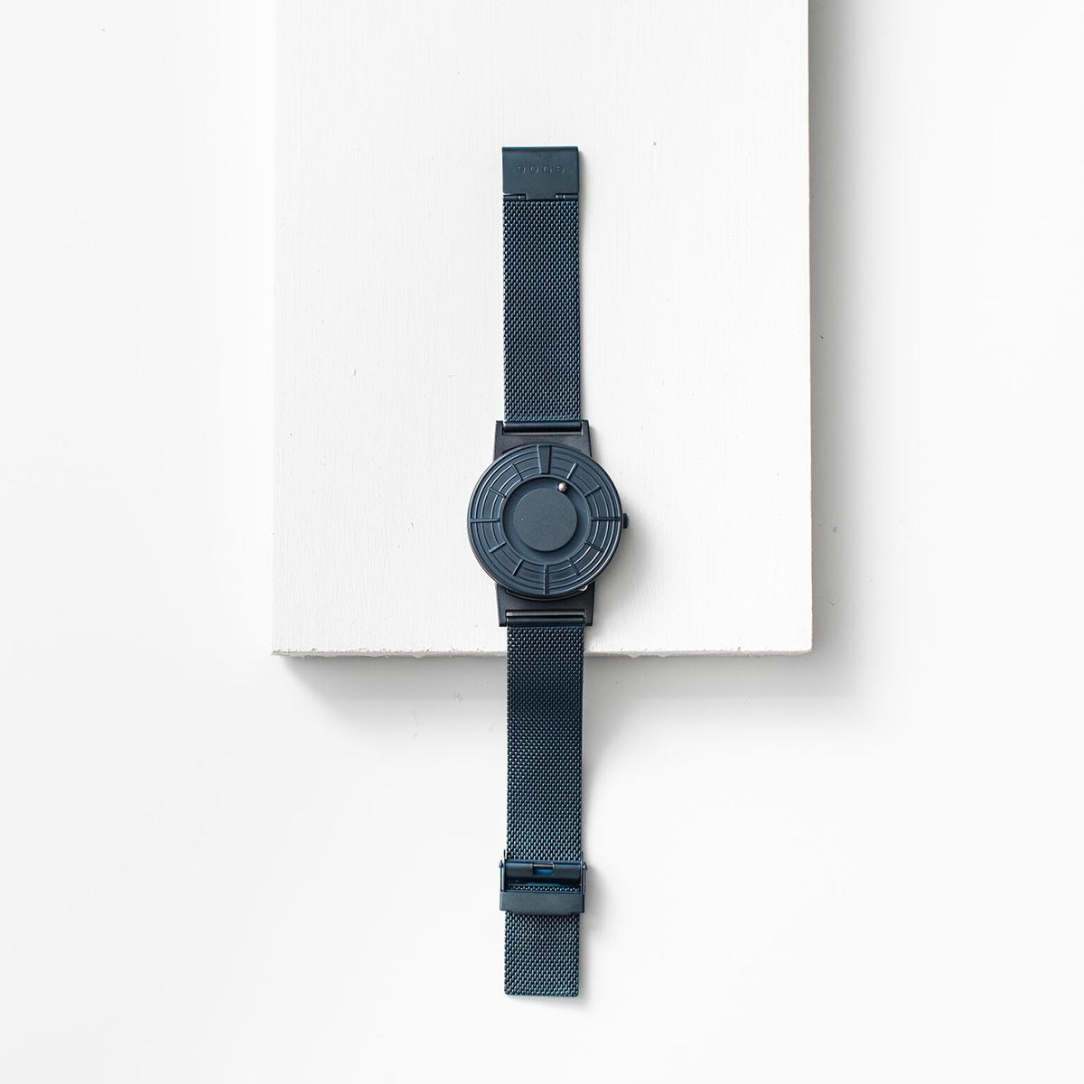 他の色との協調性も高く、その人が持つ雰囲気を知的に引き立てる、濃紺のタイムピース「触る時計」| EONE(COSMOS)