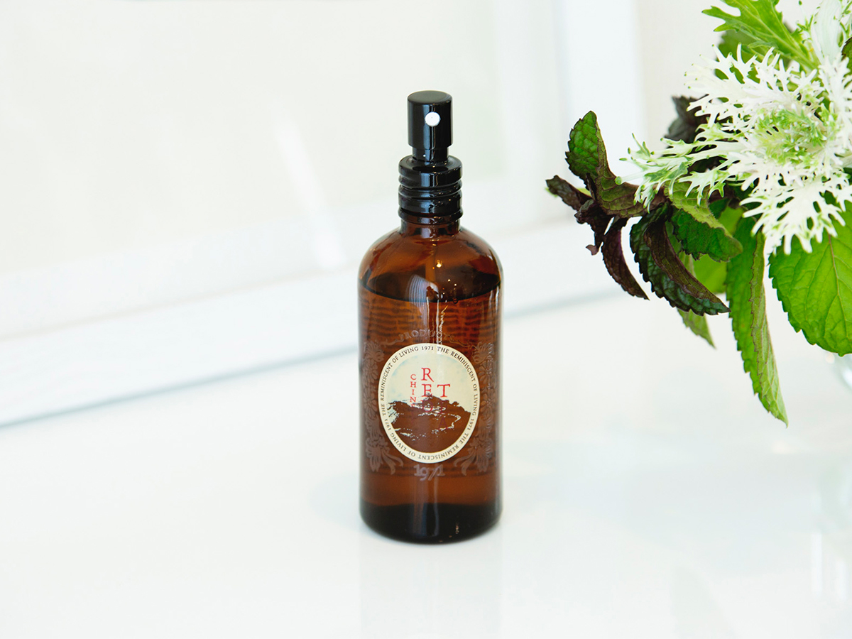 どことなく清潔感があり、気持ちが落ち着く心地よさのルイボスティの香り。気持ちを穏やかに、心を満たす「レッドティー」。ルームスプレー・ルームパフューム|タイ王室御用達のアロマブランド『KARMAKAMET(カルマカメット)』