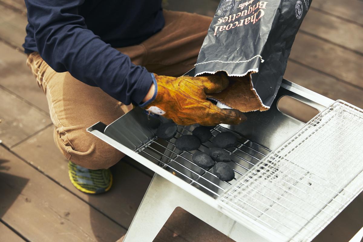焼き網と炭置き用の網も収納済みだから、『Notebook』を開いたら、あとは炭を並べて着火するだけ。|収納も持ち運びもカンタン。コンパクトに薄く畳める、お洒落でスタイリッシュなバーベキューグリル「Notebook(ノートブック)」