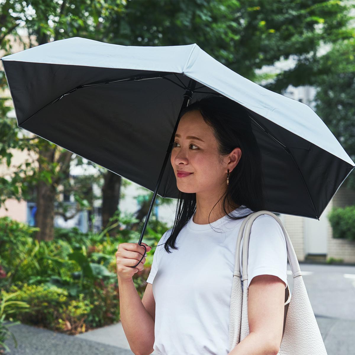 親指1本でカンタン開閉、なのに驚くほど軽い!完全遮光タイプの「ワンタッチ開閉式折りたたみ傘(晴雨兼用)」|VERYKAL HEAT BLOCK