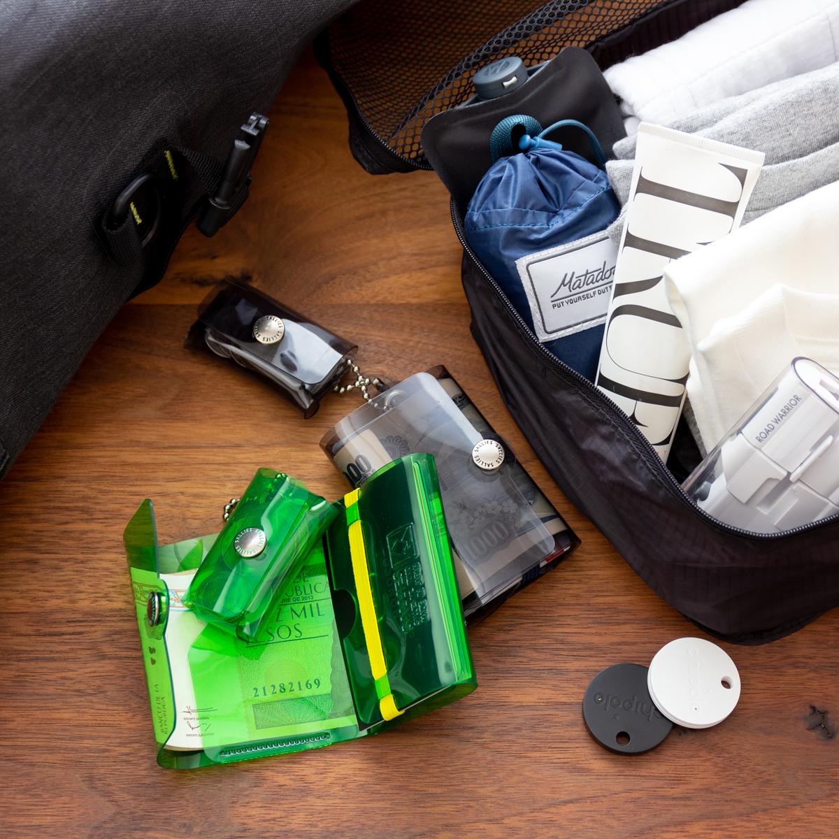 海外旅行なら日本円と現地のお金を分納する2個使いがオススメ。これひとつで、ジム・旅行・アウトドアへにぴったりの「ミニ財布」|SALLIES