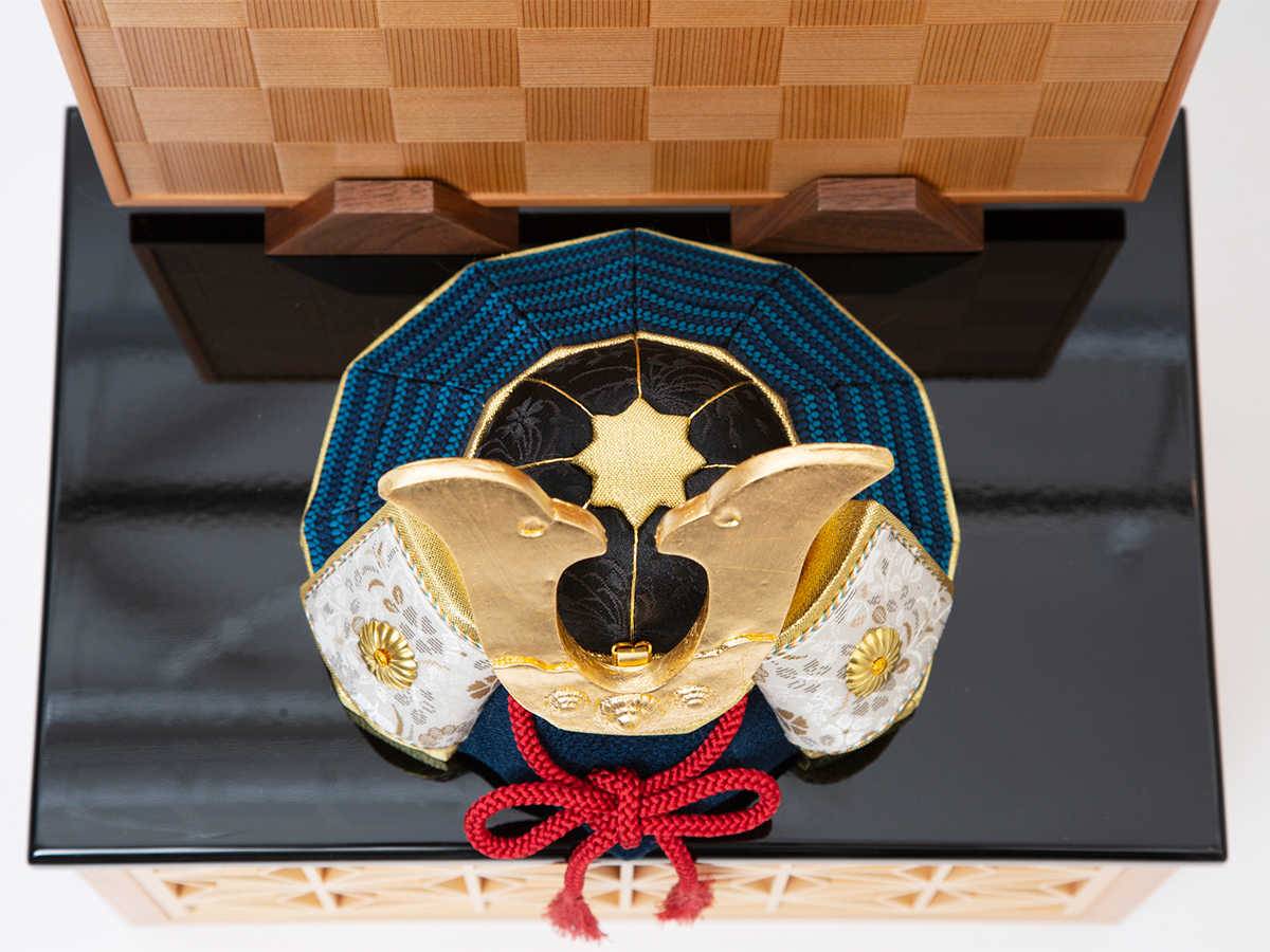 6. 収納舞台箱・蓋:紀州塗り|6つの日本伝統工芸をコンパクトにした、木目込の「プレミアム兜飾り」| 宝輝 | 柿沼人形