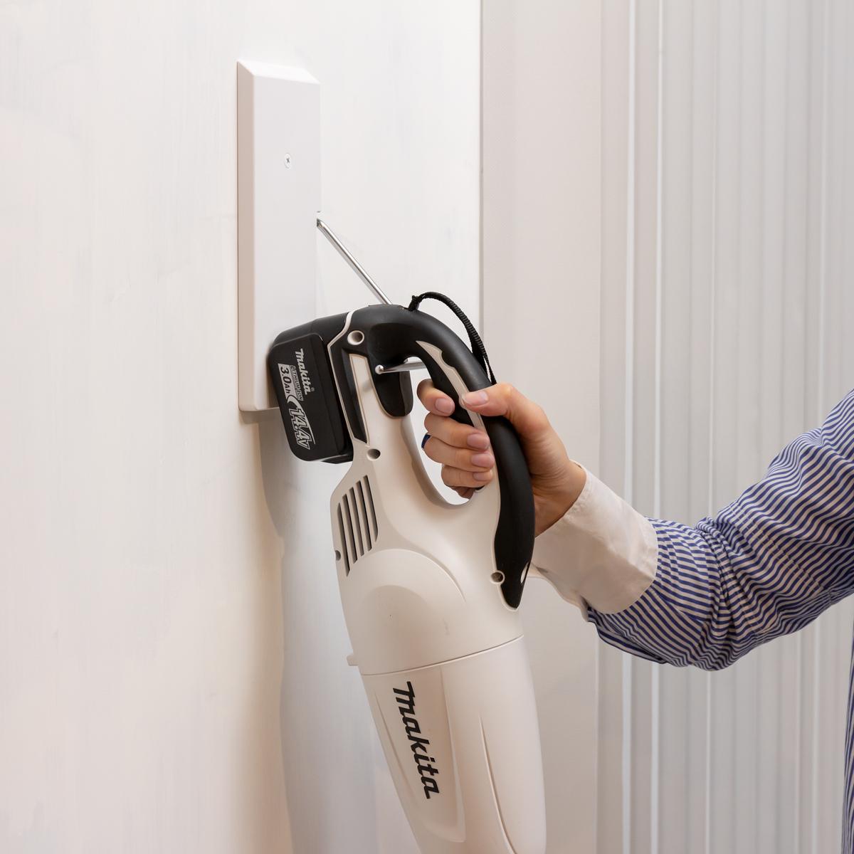 マキタなど「ループ状の持ち手がある掃除機」が壁掛け可能。穴が目立たない極細ピンで、コードレス掃除機をスマートに壁掛けできるフック|Pinde(ピンデ)