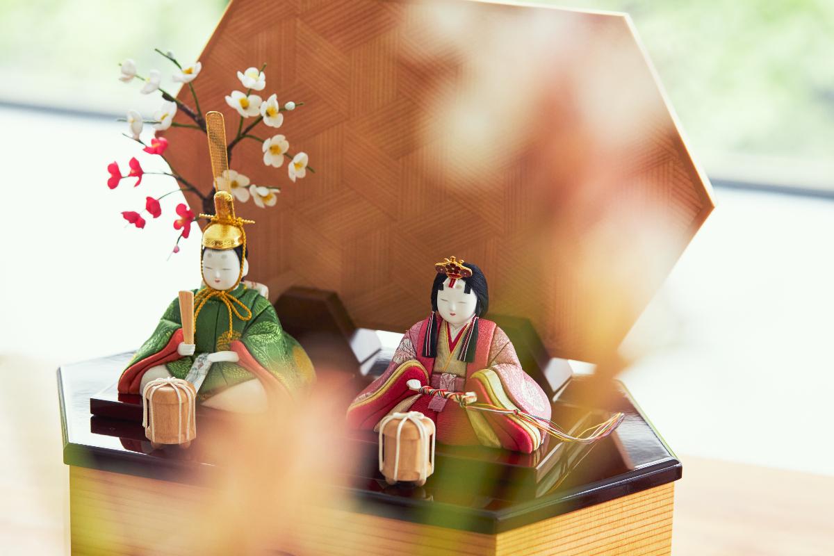プレミアム・コンパクト雛人形を手がけたのは、昭和25年創業の柿沼人形。「江戸木目込み人形」の伝統工芸士による、コンパクトでモダンな高級雛人形 