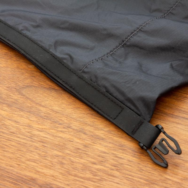 防水ゴム素材のHypalonを使用したロールトップ式の開口部。耐熱性や耐候性に優れており、夏場の暑い時期でも劣化しづらいのでアウトドアレジャーにはうってつけのバックパック|Matador Freerain24 2.0