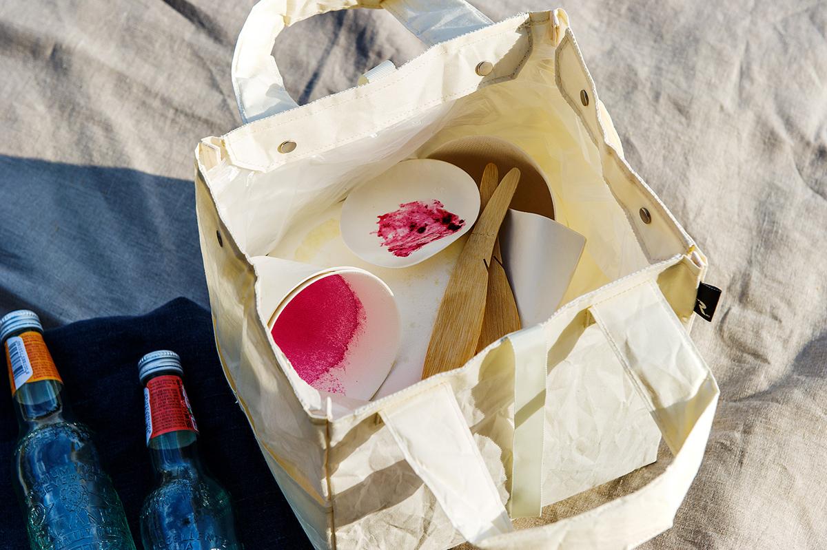 ゴミの片付けから持ち帰りまでスマートにできる アウトドア用のおしゃれなエコバッグ|ROO Garbage