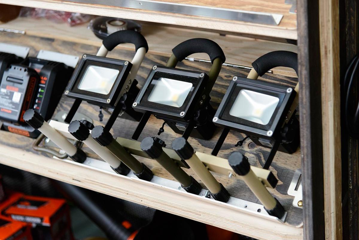 メーカーは、日本国内での一貫製造にこだわるスワン電器(1968年創業)。|上下左右に自在に動いて、部屋も庭もドラマチックに照らしてくれる。スマホ充電もできる「LEDスポットライト」|RECHARGE LIGHT(リチャージライト)
