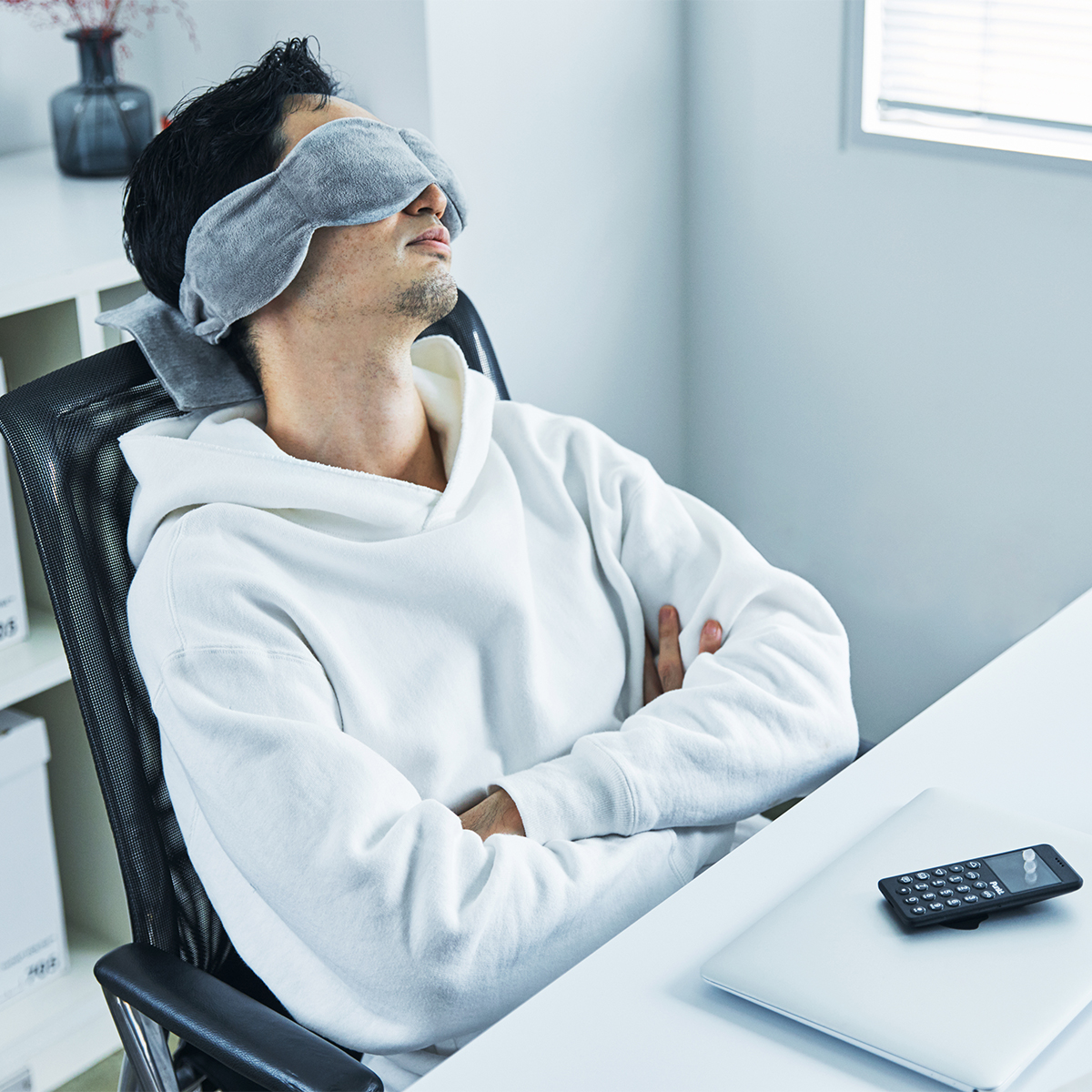 仕事のパフォーマンス向上につながる仮眠「パワーナップ」に使うことがおすすめ。目の上に乗せるだけ、穏やかな重みで夢の世界へ。寝返りを打ってもズレにくい「スリープマスク」|nodpod(ノッドポッド)