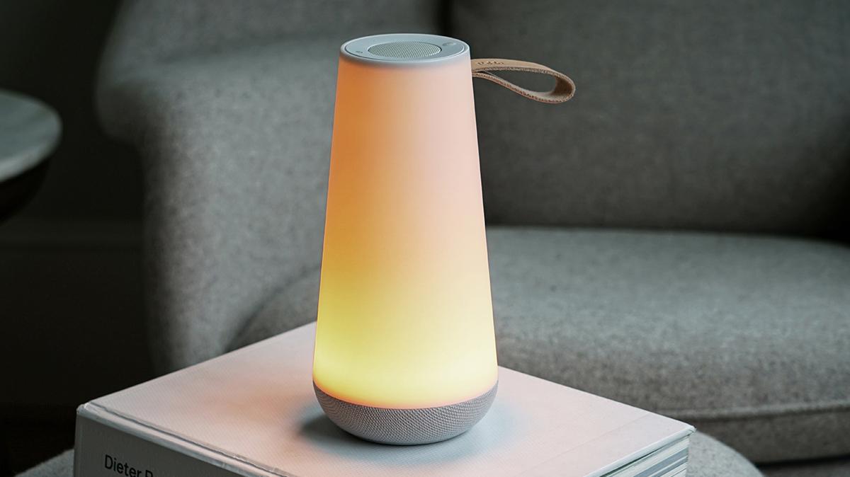 ベッドルーム|オレンジの光を味方につけることで、睡眠ホルモンも出やすくなり、快眠条件も整います。「音」と「光」の調和するワイヤレスHi-Fiスピーカー|Pablo UMA MINI