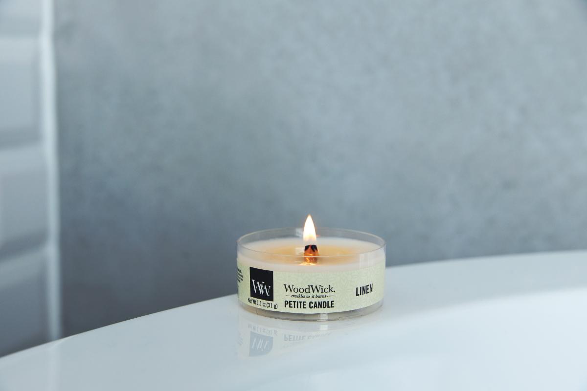 先進的なフレグランス製品を開発してきたブランドだけあって、厳選されたエッセンシャルオイルを贅沢に使い、香りにもこだわっています。小さな焚き火を眺めているような気分に。天然木の芯が燃える音がなんとも心地いい、『WoodWick(ウッドウィック)』のプチキャンドル