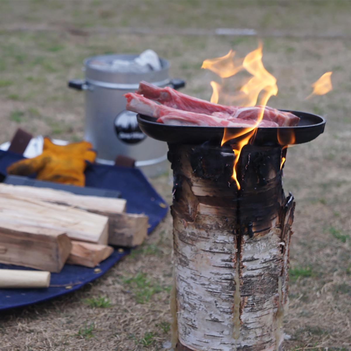 骨付きラムの塊肉や大きなバーベキューソーセージを豪快に。見ているだけで最高の前菜に!キャンドル一体型で一発着火、肉も焼ける「スウェディッシュトーチ」|Swedish Birch Candle(スウェディッシュ バーチ キャンドル)