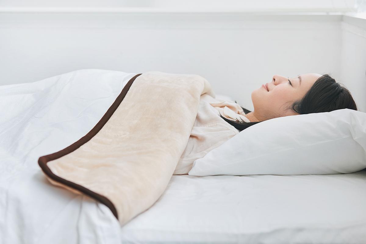 入眠から目覚めまでの快適な寝床内温度を設計してくれる。あなたの睡眠サイクルに合わせて、電源が自動オンオフ!洗濯機で丸洗いできる「電気毛布」|HEAT-CRACKER