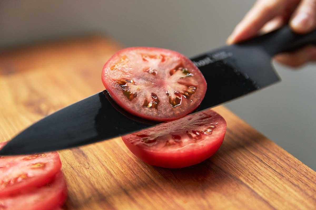 食材の繊維を潰さずにカットできるから、水分やうまみ、肉汁を閉じ込めたまま、おいしい断面を引き出します。極薄刃でストレスフリーな切れ味、野菜・肉・魚に幅広く使える「包丁・ナイフ」|hast(ハスト)