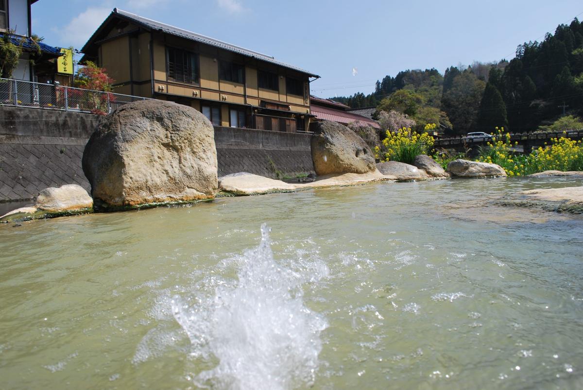天然炭酸泉が地下1000mから湧く大分・長湯温泉。日本初!独自の高硬度マイクロカプセル技術が生んだ重炭酸湯のタブレット入浴剤|薬用Hot Tab(ホットタブ)