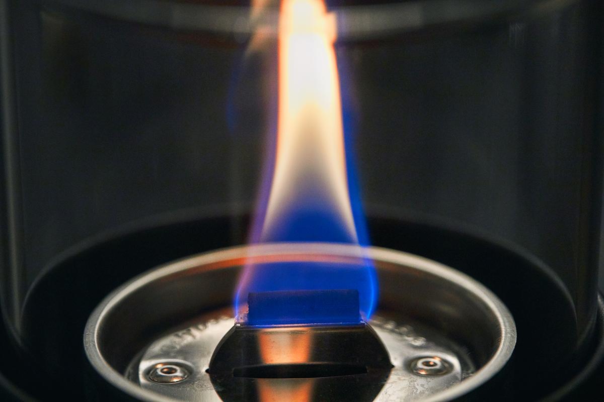ニオイや煙が出ず、倒しても安心の特殊燃料で手軽に楽しめる!「卓上ランプ、テーブルライト」|LOVINFLAME(ラヴィンフレーム)
