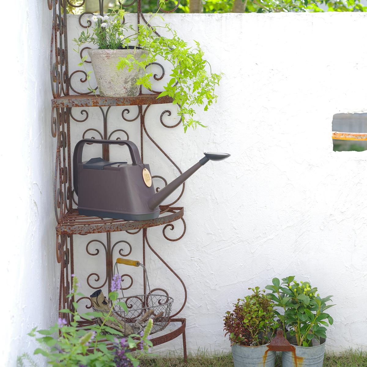 太陽の光、土の香りを感じながら、やさしい雨のように、水を降らせているうちに、気持ちが安らいでいく。植物にやさしい、繊細な雨のような自然な水流のジョウロ|Royal Gardeners Club