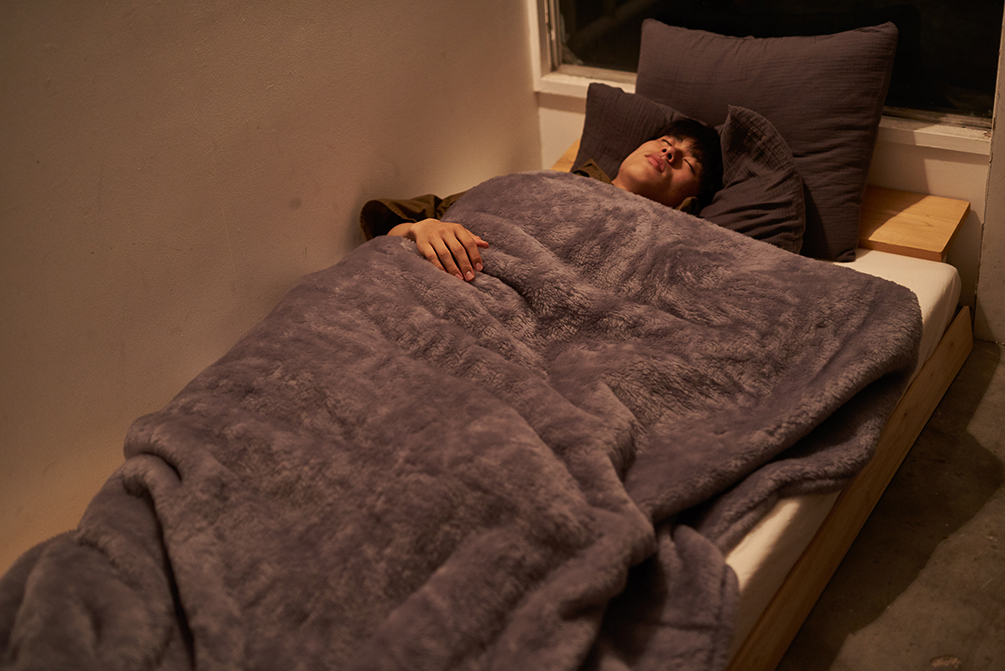 自然のやさしさ、暖かさに包まれて、いつでも、心地よく眠れます癒しグレーが叶える、あったか快眠空間。ふんわり毛足2cmのメリノウールが気持ちいい!軽い掛け心地の「毛布」|SERENE