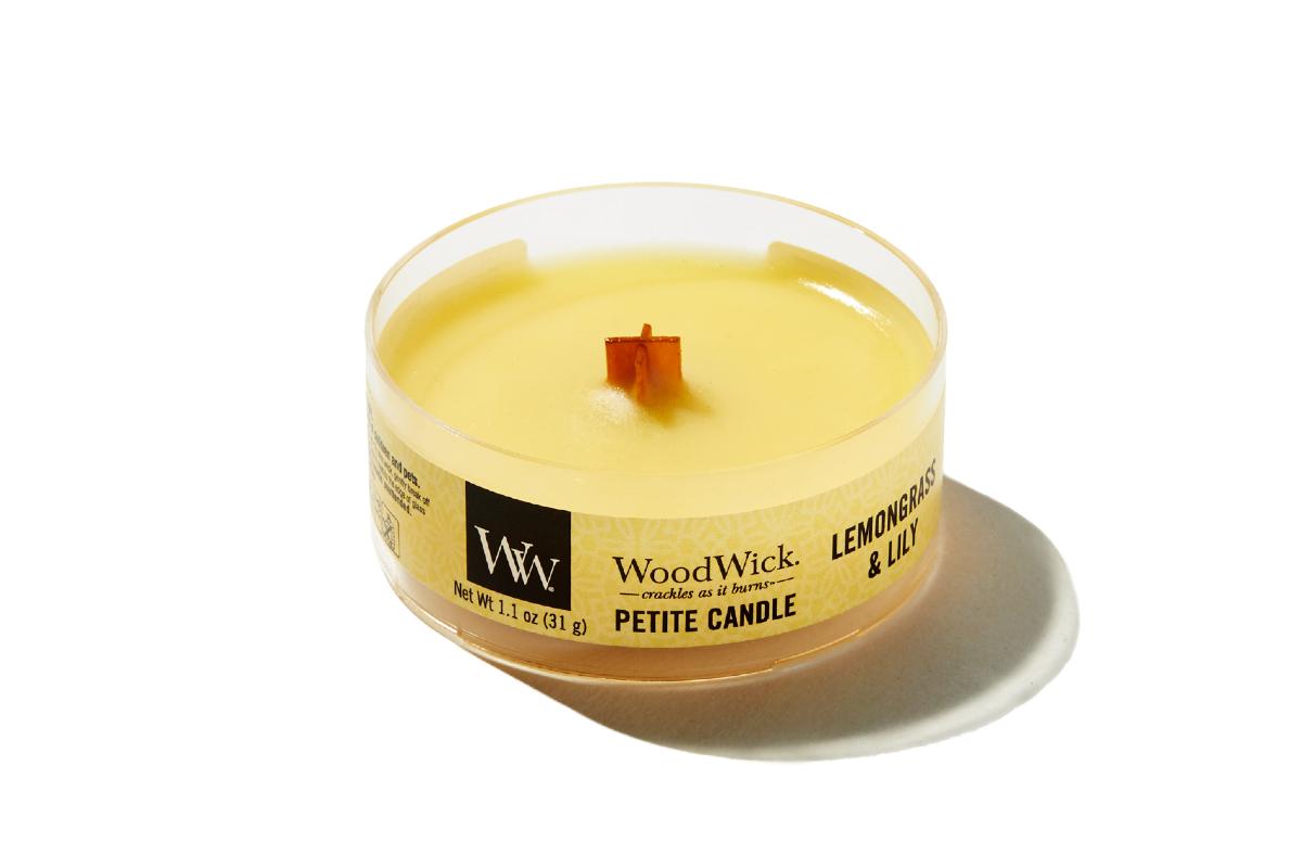 《レモングラス&リリー》小さな焚き火を眺めているような気分に。天然木の芯が燃える音がなんとも心地いい、『WoodWick(ウッドウィック)』のプチキャンドル