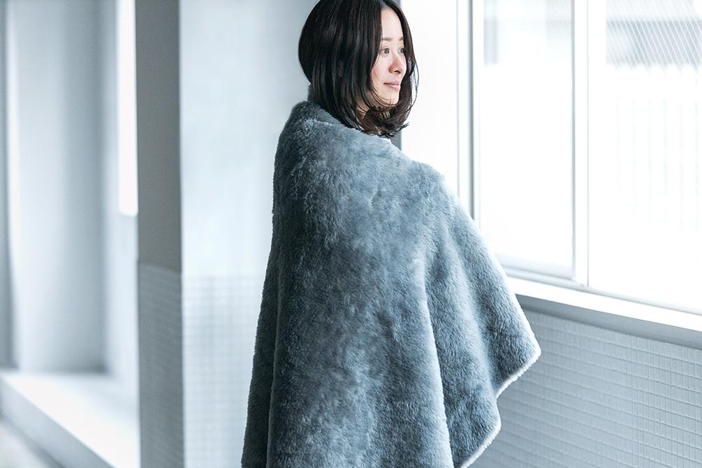 寝具やカーテンといったインテリアファブリックのデザインを、20年以上手掛けてきた廣瀬友子さんによるもの。癒しグレーが叶える、あったか快眠空間。ふんわり毛足2cmのメリノウールが気持ちいい!軽い掛け心地の「毛布」|SERENE