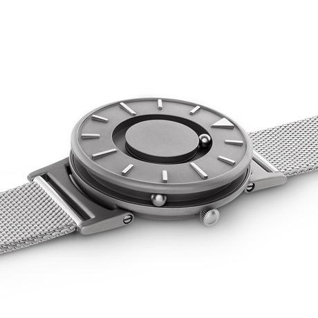 触る時計『EONE』|《MESH SILVER》なめらかな装着感のメッシュバンド、触って時間を知る時計 | EONE|