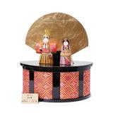 『毎年の幸せ』が御嬢様と家族に訪れる 《四季 立雛飾》毎年飾るのが楽しみになる、7つの日本伝統工芸をコンパクトにした、木目込みプレミアム雛人形   四季 立雛飾 