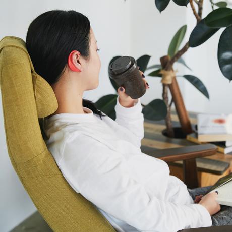 """仕事や家事をしながら、耳ツボ刺激 Mサイズ - 仕事をしながら、家事をしながら、耳にかけるだけで肩こりや目の疲れの""""耳つぼ""""を刺激する EARHOOK"""