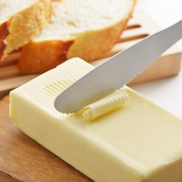 手の温度で溶けるバターナイフ|秘密は「体温」- 手の温度でバターを削り、そのまま薄く塗れるバターナイフ | バターナイフ(バター・チーズ兼用タイプ)