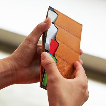 """必要十分の""""美しい薄さ"""" 《カードホルダー》カードを見える化、支払いも収納もスマートな革財布 ALBERTE"""