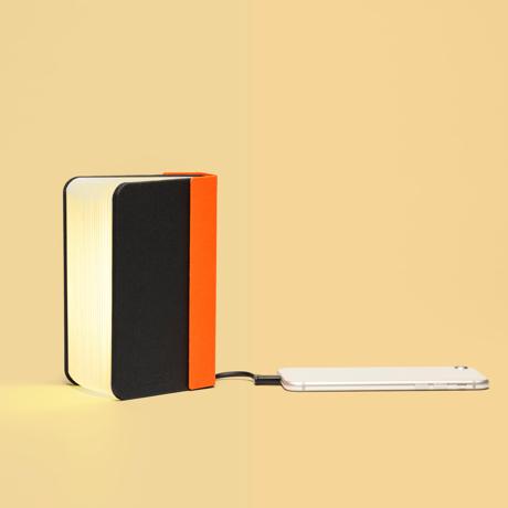"""開くと""""夢""""が広がる「ブック型LEDライト」 文庫本サイズ   本を開けば、やわらかな光。スマホも充電できるブック型LEDライト ORANGE/BLACK"""