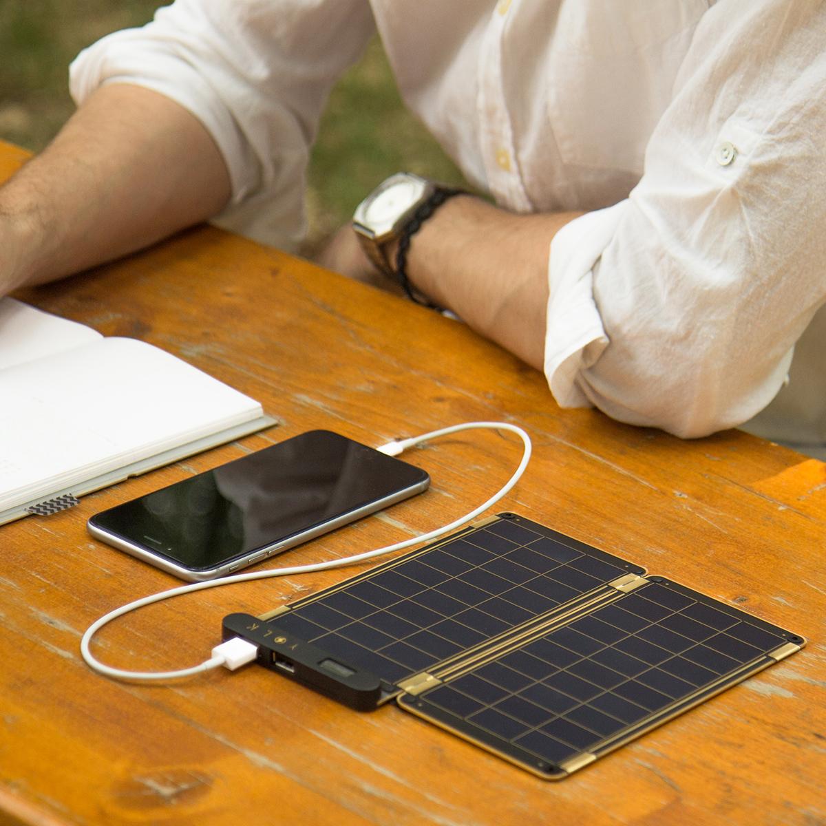 """""""太陽""""は、あなたのモバイルバッテリー 基本セット(15W・6枚セット)  """"太陽""""がスマホを充電してくれる。晴れた日なら、家庭用コンセントとほぼ同じスピードで充電。薄さ2ミリのソーラーパネル充電器"""
