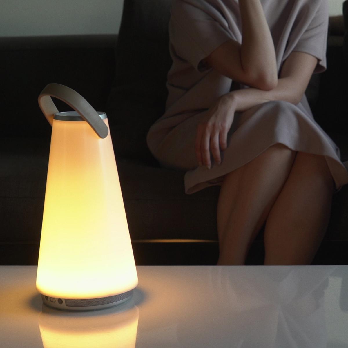 親しい人と寄り添いたくなる「Hi-Fiスピーカー」|360度に広がる、忠実な「音」と優しい「光」。持ち運べるので、いつでもどこでも空間を温かく演出するワイヤレススピーカー | UMA