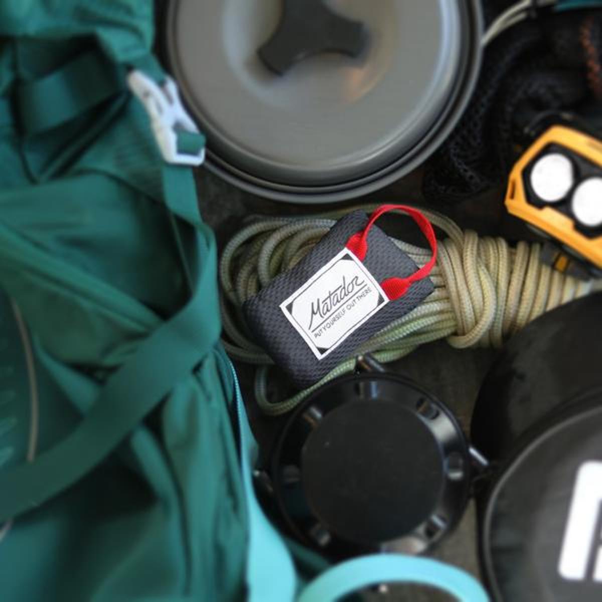 手のひらサイズになる大容量バッグ|《1人用》いろんな場面で大活躍する、指先サイズにたためる撥水仕様のレジャーシート|Matador MINI POCKET BLANKET