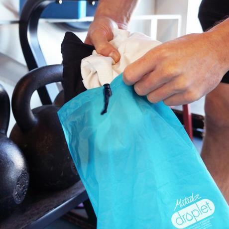 手のひらサイズになる大容量バッグ|Sサイズ | 濡らしたくないもの・濡れたものを入れられる、指先サイズになる《完全防水》巾着バッグ | Matador DROPLET WET/DRY BAG|