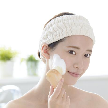 毛穴汚れを優しく落とす「ブラシ」|《フェイス用》29万本の極細毛が、毛穴の汚れを優しく落としてくれる洗顔ブラシ | ALTY